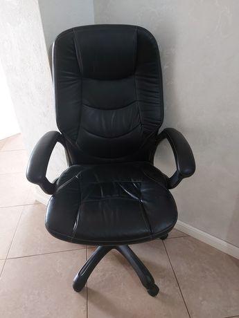 Кожаное кресло. рабочее,