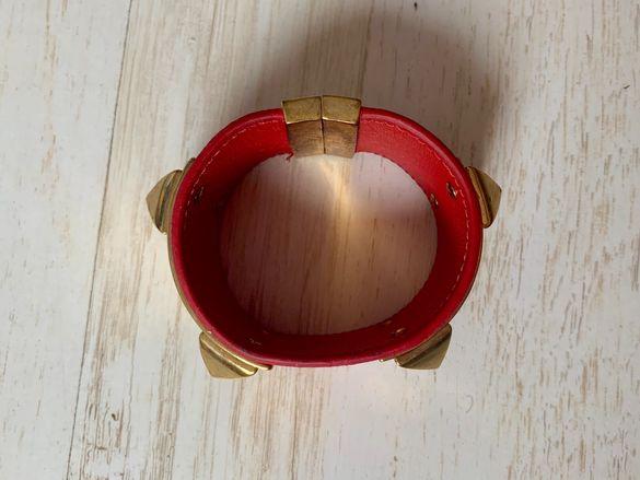 Червена кожена гривна със златен акцент