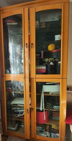 Книжный шкаф, верхние полки стеклянные, нижние деревянные
