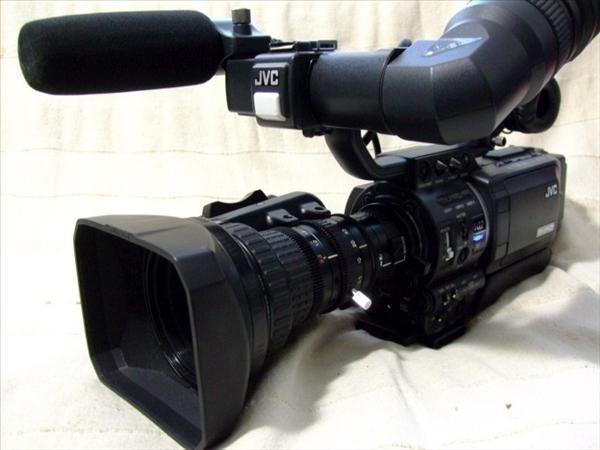 Vând \schimb Cameră video JVC GY HD 111E