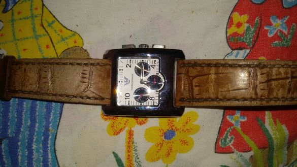 Часовник с кафява каишка и кутия за часовник