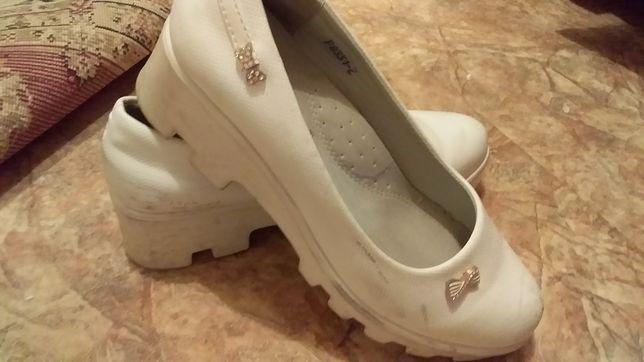 Продается белые туфли для девочек
