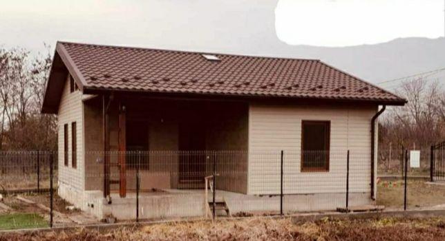 Va oferim case din panouri sandwich pe structura metalică sau din lemn