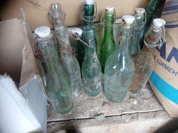 Стари стъклени шишета с порцеланови тапи