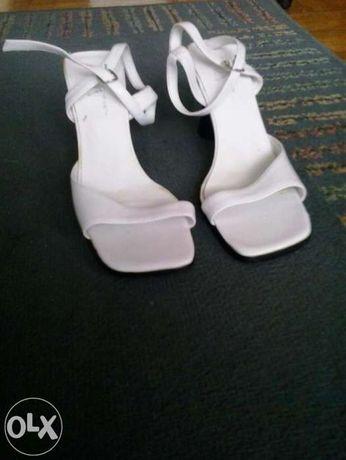 sandale albe toc negru