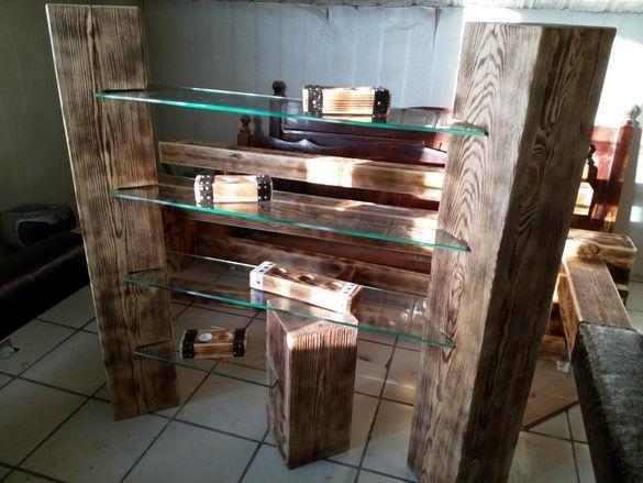 Дървена етажерка със стъклени полици