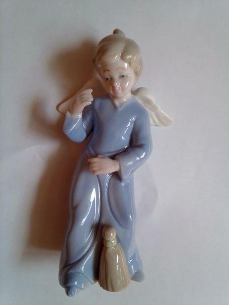 Продам статуэтку фарфоровую (высота - 15 см.) коллекционная