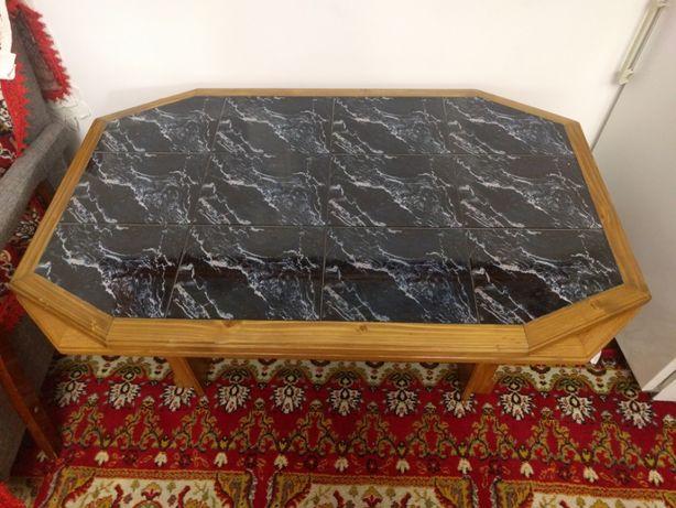 Masa din lemn masiv capitonata cu faianta