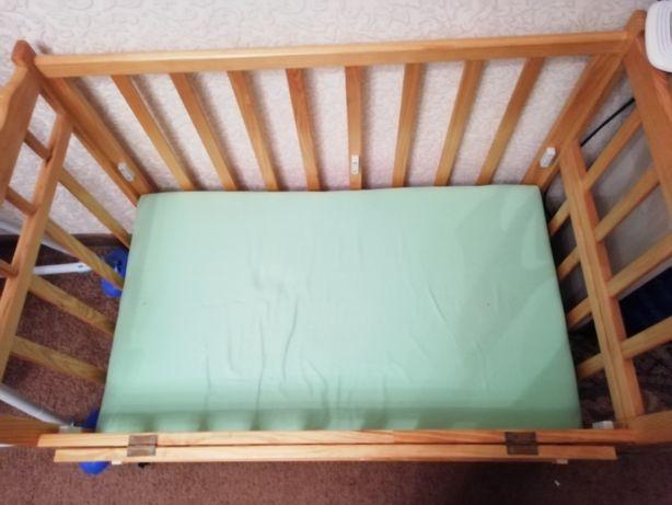 Продам детскую деревянную кроватку на колёсиках с матрасом