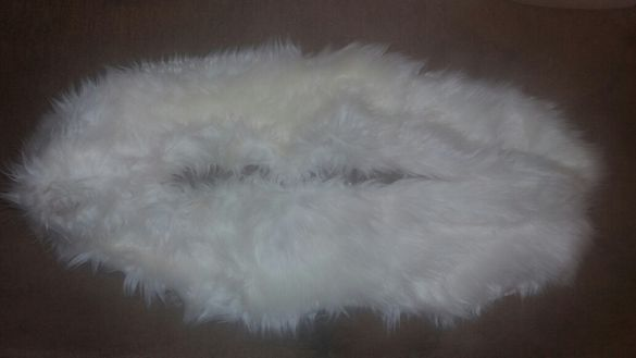 Бяла яка от изкуствен косъм