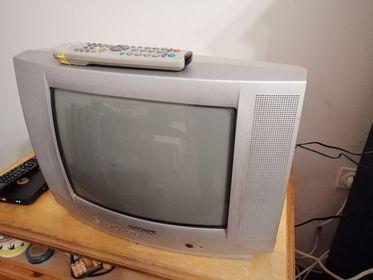 Работещ Цветен телевизор 14 инча с дистанционно