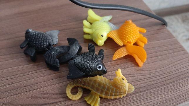 Аквариум с искусствеными рыбами