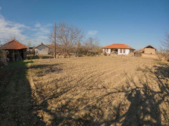 Стара къща с голям 2 дка. двор с.Черногорово