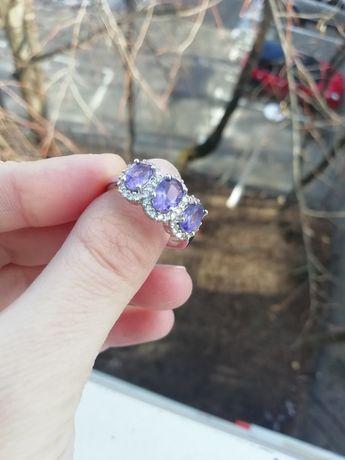 Inel argintiu cu pietre mov, mărimea/size 8 (nu e aur, nu e argint)