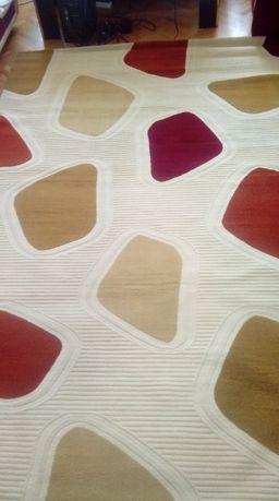 Луксозен килим с каменна настилка