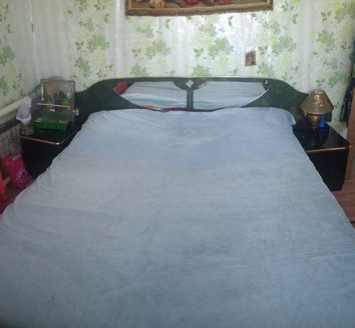 Кровать двухспальная с прикроватными тумбочками