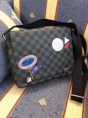 Стилна чанта през рамо на Louis Vuitton в черна кожа на квадрати