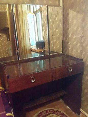 Трюмо с зеркалами и выдвижными ящиками