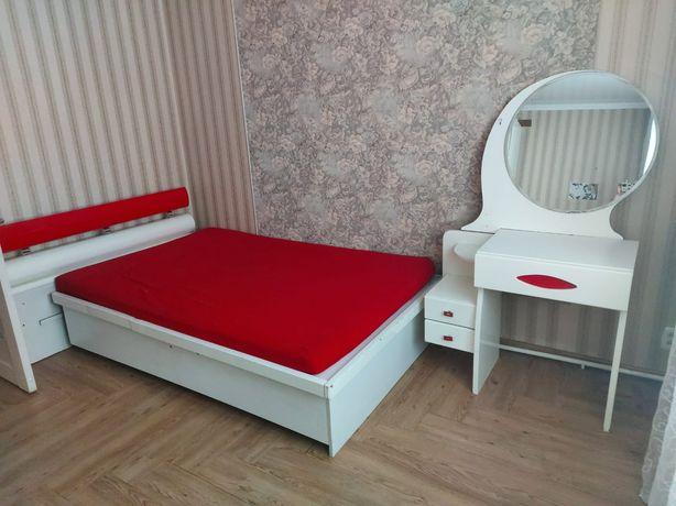 Детский гарнитур, кровать-полуторка с матрасом, туалетный столик