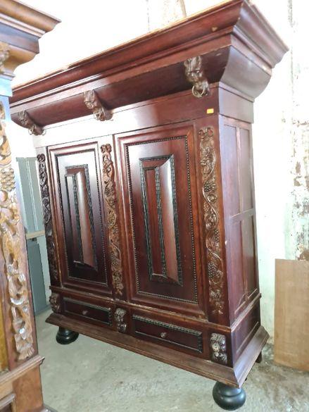 Масивен шкаф с дърворезба - внос от Европа