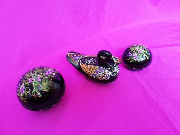 Vand lot 3 cutiute de bijuterii din lemn cu un deosebit model floral
