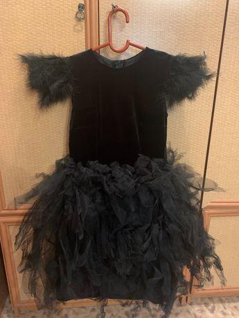 Черное платье с перьями (костюм)
