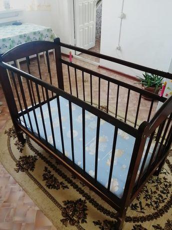Продается детская кровать б/у вместе с матрасом и бортиками.