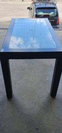 Маса ратан с метална рамка и стъклен плот.