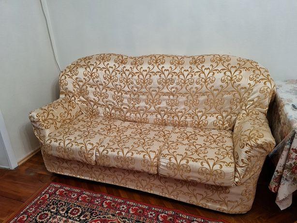 Диван, софа и кресло в чехле