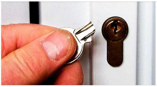 Ключ застрял в замке, не проворачивается. Открыть замок, дверь.