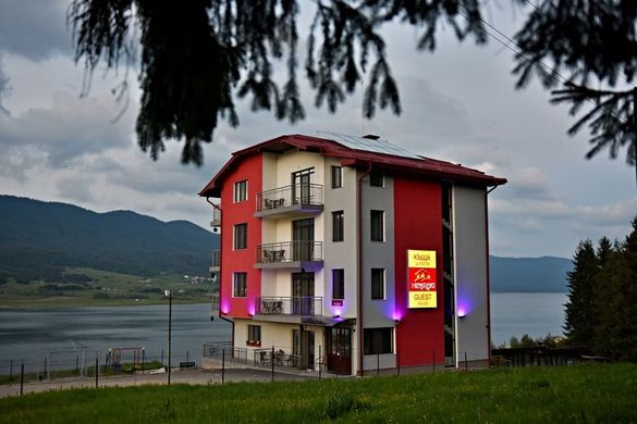 """Къща за гости""""ХИСАРСКИ""""-самостоятелни стаи на брега на язовир Доспат."""