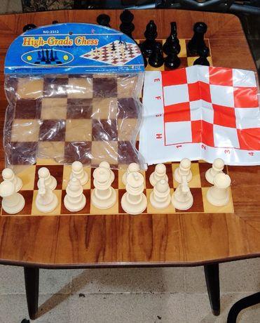 Шах комплект със красиви пластмасови фигури и поле.