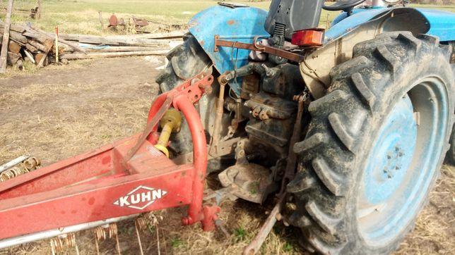Vând tractoras Ford... Moror de u445