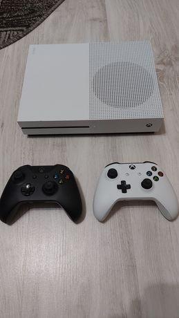 Vând xbox one s cu două controllere și FIFA 20