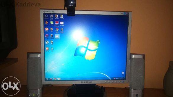 Компютър Асус с бюрото