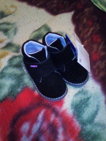 Продам детские комбинезоны и обувь
