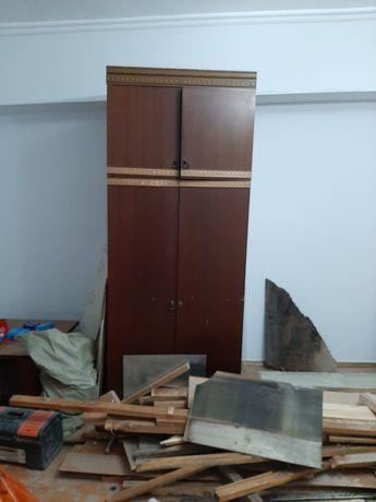 Деревянный платяной шкаф