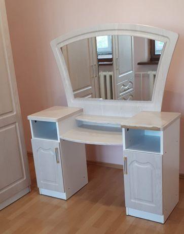 Туалетный столик. Красивое зеркало. Производство Румыния