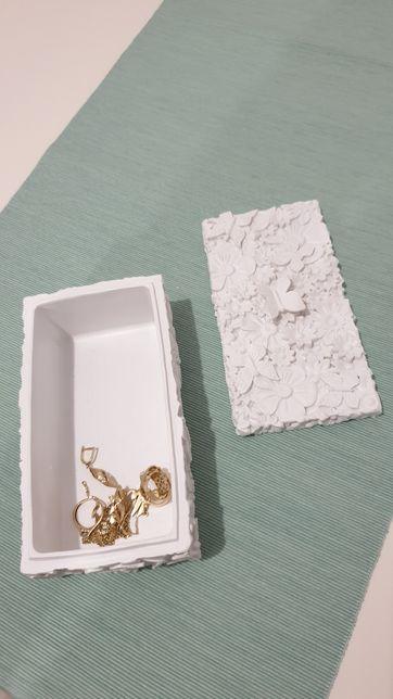 Cutie de bijuterii alba, model deosebit, din piatra, e grea, noua