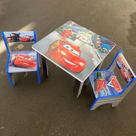 Стол и два стула в игровую