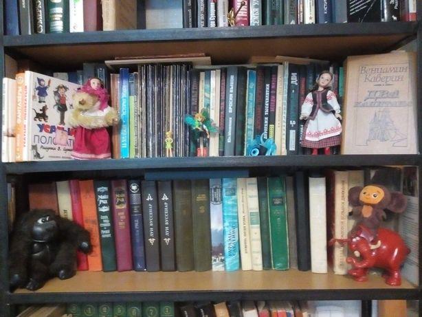 Детские книги и энциклопедии с подарочными фигурками животных