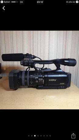 Продам Видеокамеру со штативом .