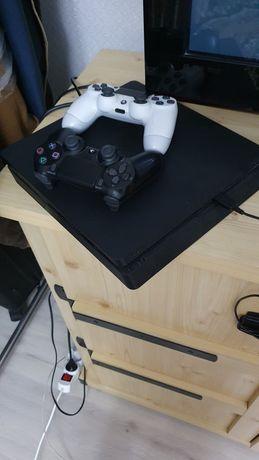 PS4 Slim, 4 дисков, много игр в самой приставке, 2 геймпада