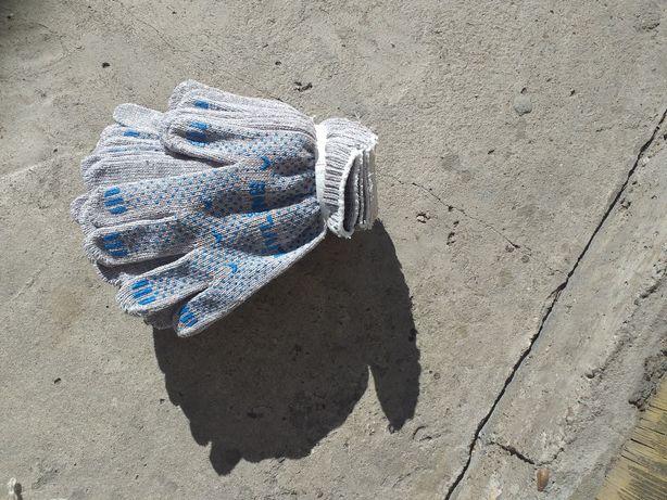 Перчатки,веник,ведро,мешок.
