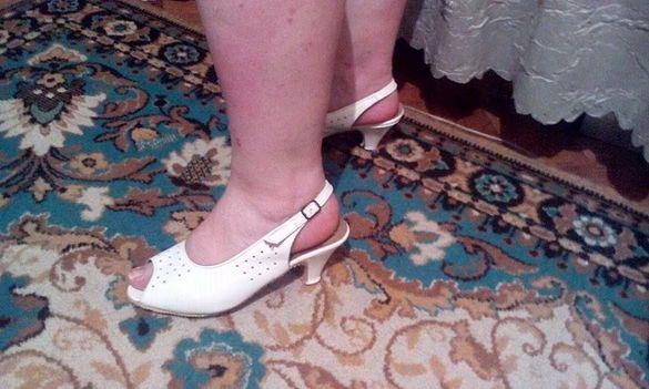 Продавам нови бели дамски сандали