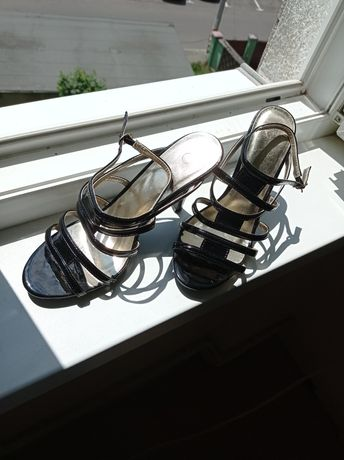 Sandale negre de lac cu auriu barete subțiri comode mărimea 38,5