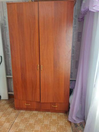 Платяный шкаф с полочками
