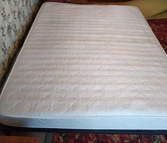 Кровать с матрасом,в хорошем состоянии.