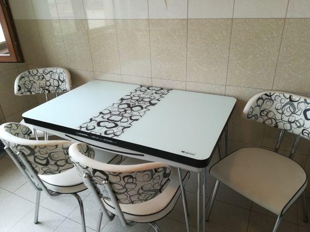Set masa sticla extensibila cu 4 scaune