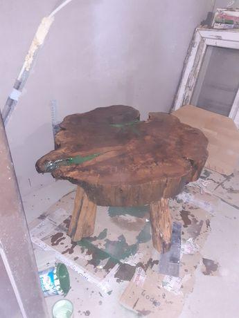 Masa din lemn dat cu rasina
